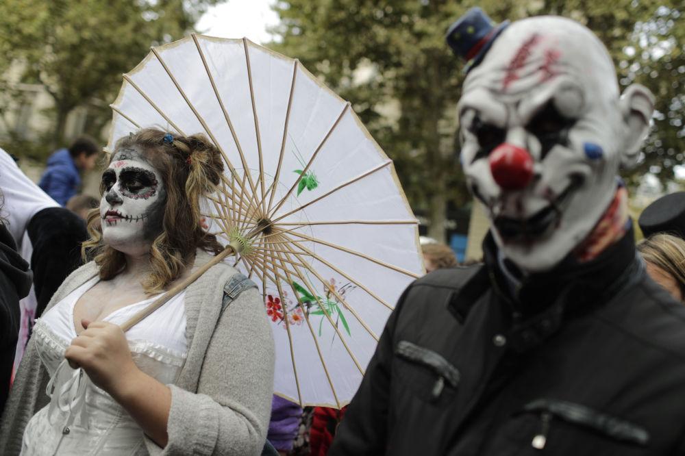 Uczestnicy marszu zombie w Paryżu