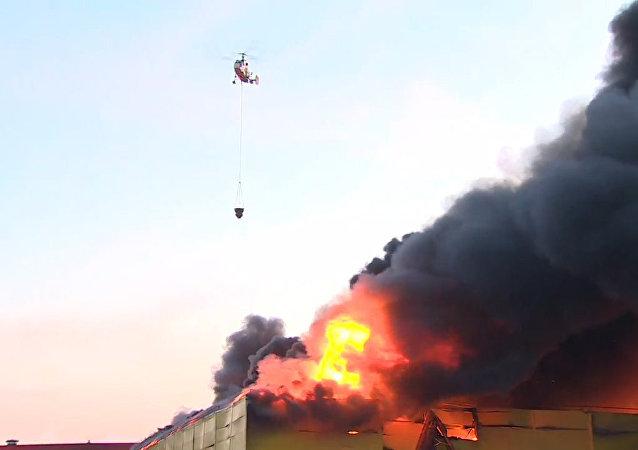 Pożar w centrum handlowym na obrzeżach Moskwy
