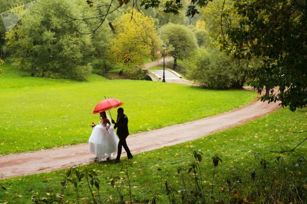 Młoda para w parku Carycyno w Moskwie
