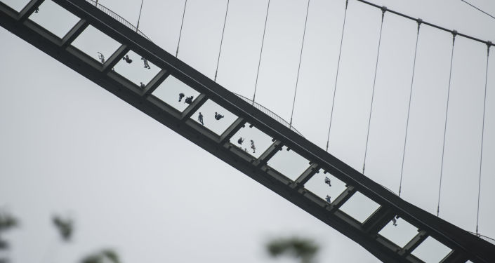 Ludzie na szklanym moście w Chinach