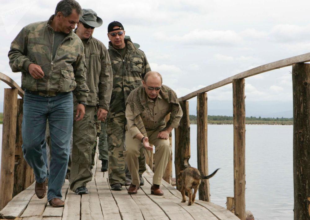 Siergiej Szojgu, książę Monako Albert II i prezydent Rosji Władimir Putin na wyspie, gdzie znajduje się twierdza Por-Bajin
