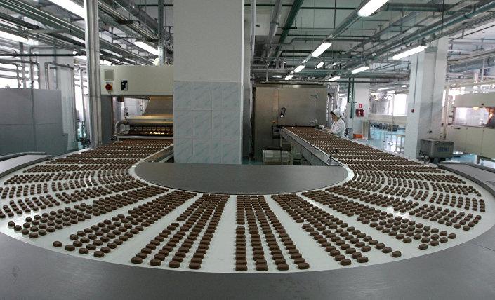 """Linia produkcyjna w fabryce """"Krasnyj Oktiabr"""