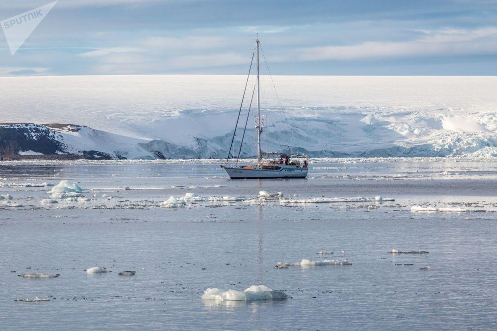 Ekspedycyjny jacht Alter Ego obok lodowców wyspy Bruce'a wchodzącej w skład archipelagu Ziemia Franciszka Józefa.