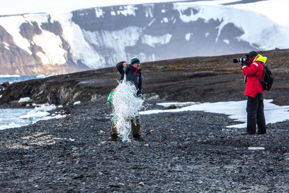 Ekolodzy Andriej Skorow i Aleksandr Czyczajew badają zanieczyszczenie wybrzeża wyspy Kuhna.