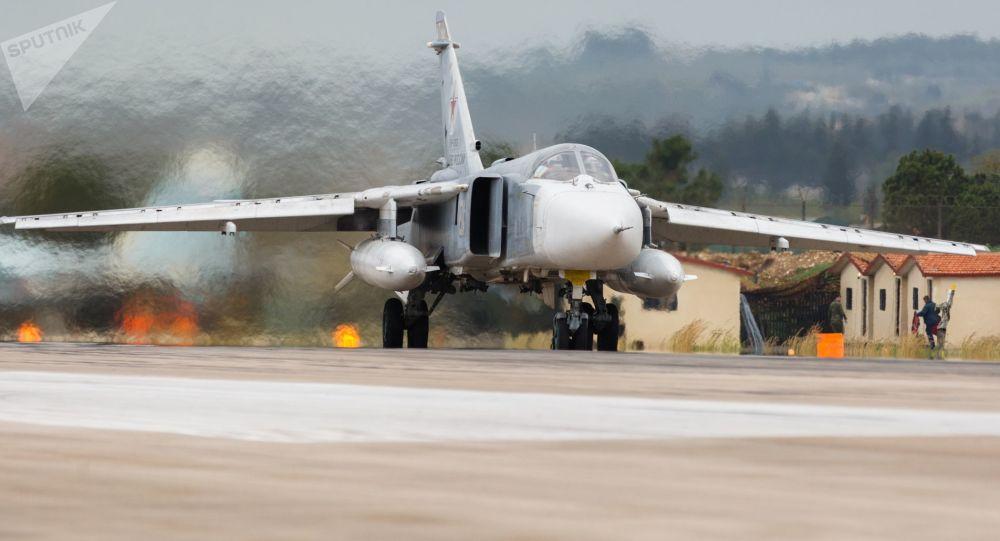 Rosyjski Su-24 w bazie Hmeimim w Syrii