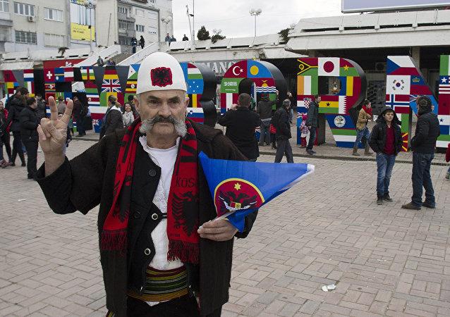 Albańczyk w Prisztinie świętuje niepodległość Kosowa