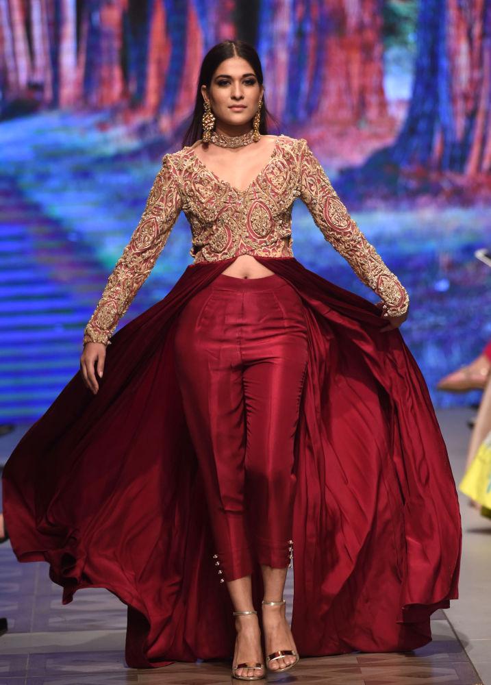 Modelka prezentuje kolekcję projektanta Zuria podczas Tygodnia mody ślubnej w Pakistanie