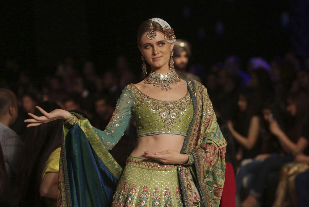 Modelka prezentuje kolekcję projektanta Nomi Ansari podczas Tygodnia mody ślubnej w Pakistanie