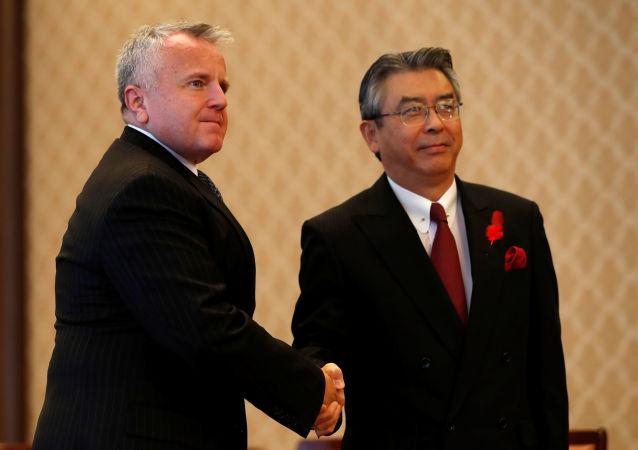 Zastępca sekretarza stanu USA John Sullivan i wiceminister spraw zagranicznych Japonii Shinsuke Sugiyama podczas spotkania w Tokio