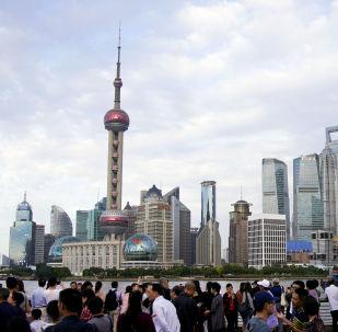 Turyści na nadbrzeżnej promenadzie Bund w Szanghaju