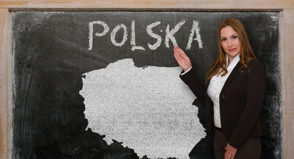Nauczycielka przy tablicy z narysowaną mapą Polski