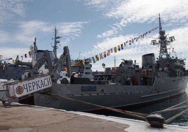 Trałowiec morski ukraińskiej marynarki wojennej Czerkassy w porcie Sewastopola
