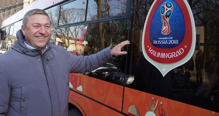 Mer miasta Aleksander Jaroszuk obok autobusu miejskiego Kaliningradu z symboliką MŚ 2018