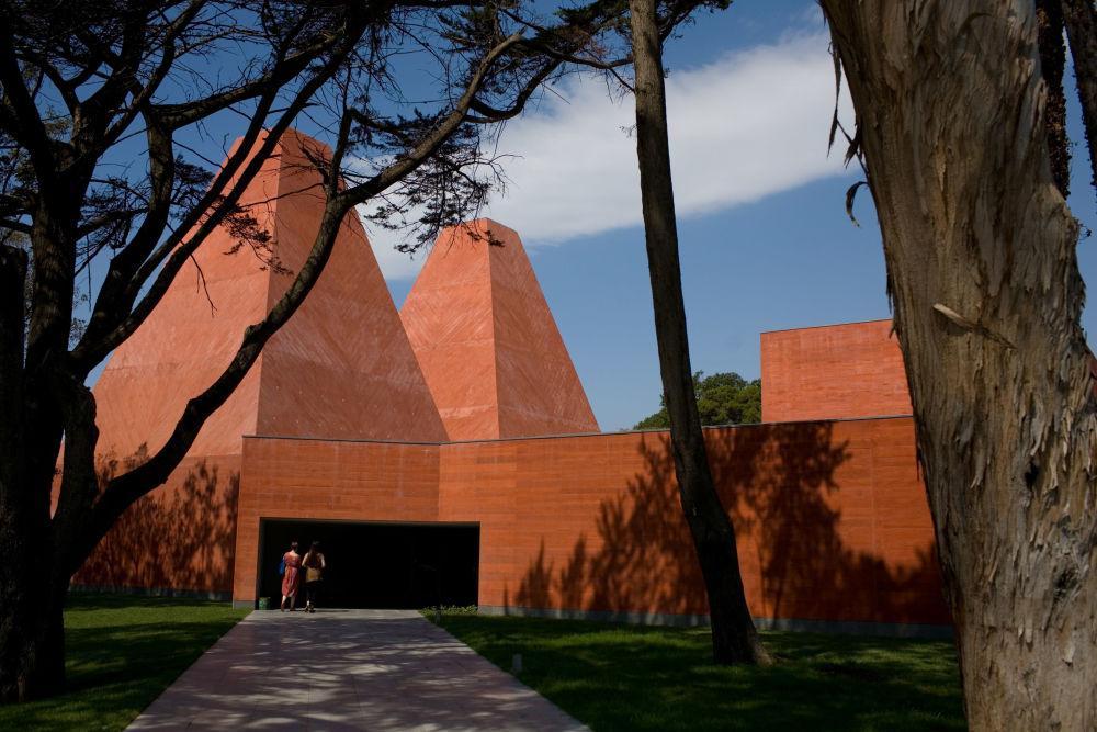…jest podobny do terakotowych ściętych piramid muzeum Paula Rego w portugalskim Cascais, zbudowanym w 2009 roku według projektu Souto Moura.