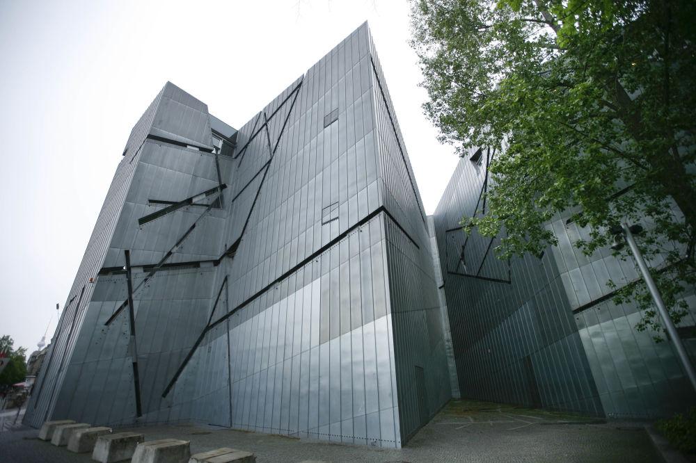 …linie okna nadcinają równą fasadę budynku Muzeum Żydowskieo w Berlinie, którego autorem jest dekonstruktywista Daniel Libeskind.