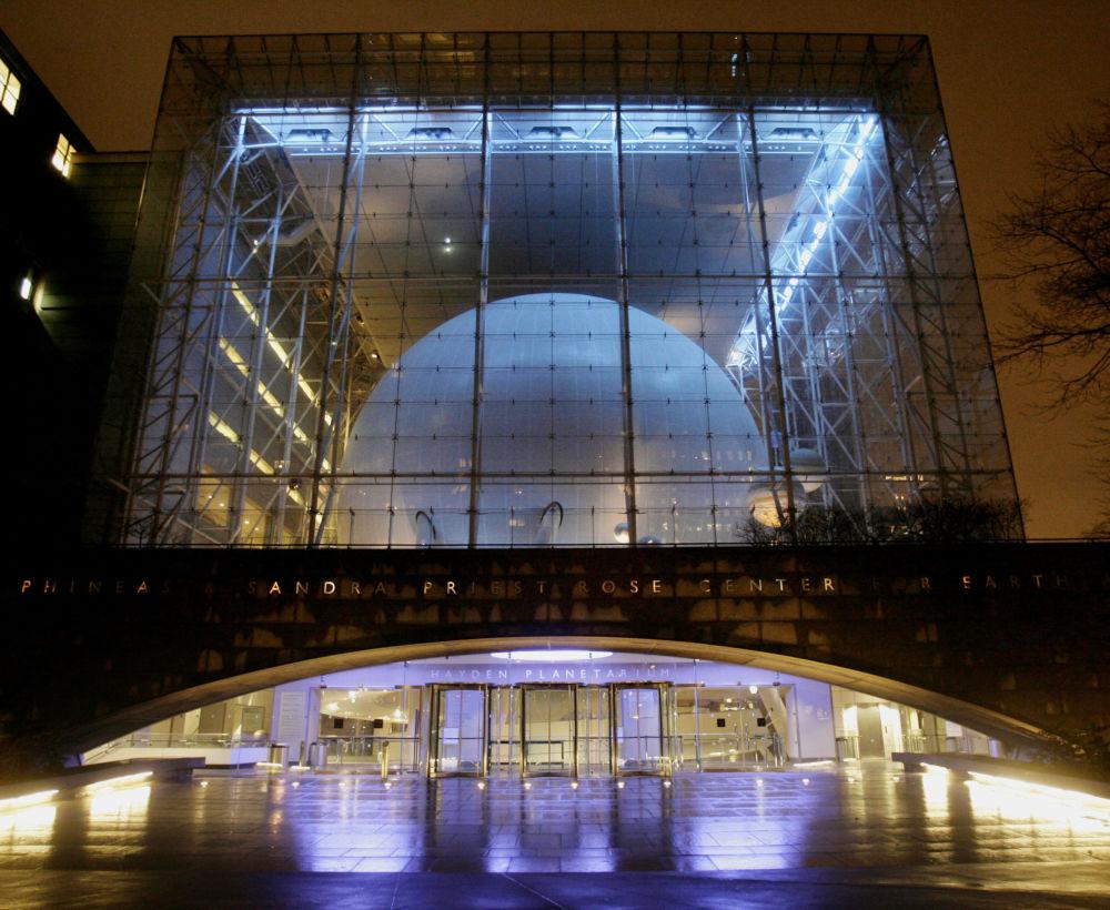 …budynku planetarium Hidena w Nowym Jorku.