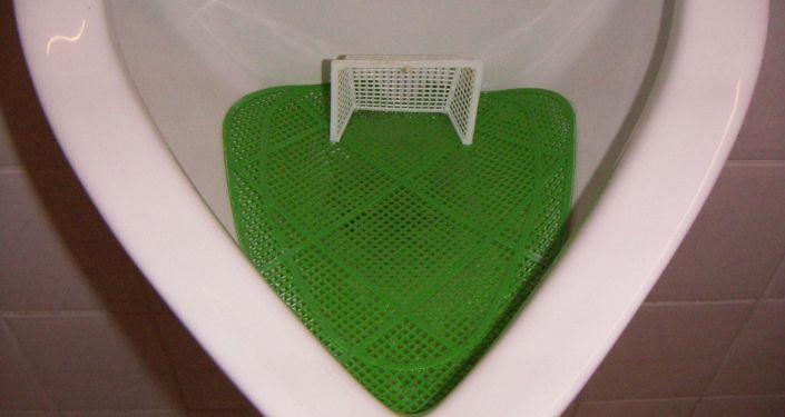 Pisuar z mini-boiskiem do piłki nożnej