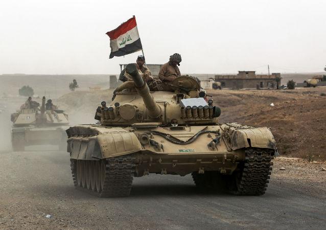 Iraccy wojskowi jadą w kierunku miasta Szarkat