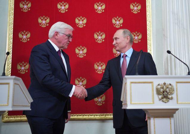 Prezydent RFN Frank-Walter Steinmeier i prezydent Rosji Władimir Putin na konferencji prasowej po rozmowach na Kremlu