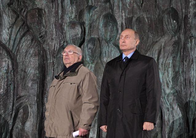 Członek Rady Federacji Władimir Łukin i prezydent Władimir Putin na otwarciu pomnika ofiar reprezji politycznych Ściana Smutku w Moskwie