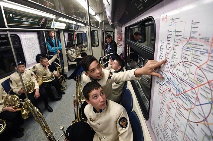 Muzycy orkiestry młodzieżowej w moskiewskim metrze