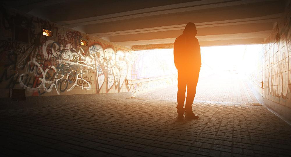 Samotny mężczyzna w przejściu podziemnym