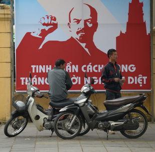 Plakat z okazji 100 rocznicy rewolucji październikowej w Hanoi
