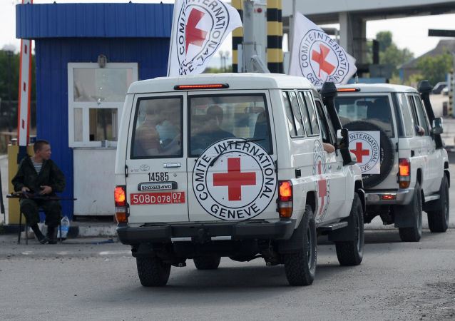 Samochody Czerwonego Krzyża eskortujące konwój z pomocą humanitarną dla mieszkańców południowo-wschodniej Ukrainy