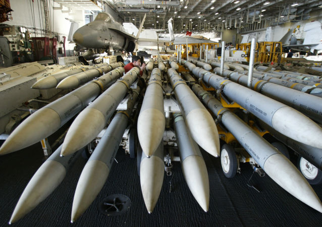 Pociski AMRAAM na amerykańskim lotniskowcu Kitty Hawk