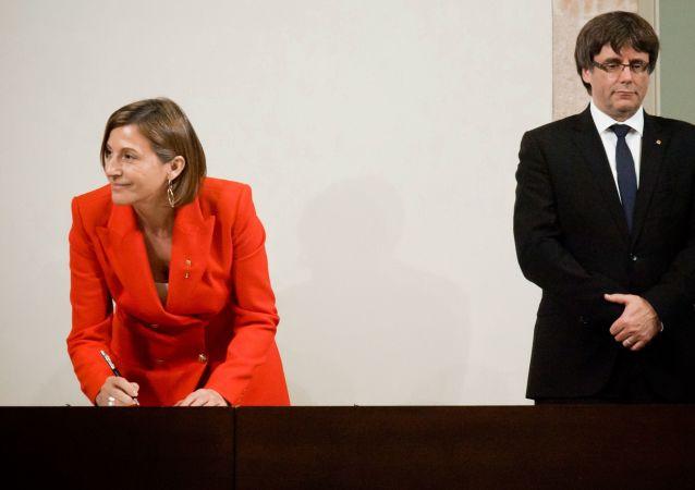Szefowa parlamentu Carme Forcadell i przewodniczący rządu Katalonii Carles Puigdemont