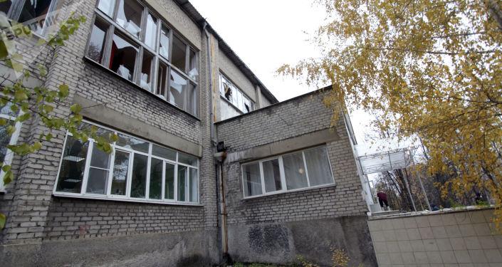 Uszkodzony w wyniku nocnego ostrzału budynek szkoły nr 58 w Doniecku
