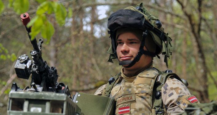 Łotewski żołnierz podczas ćwiczeń wojskowych. Zdjęcie archiwalne