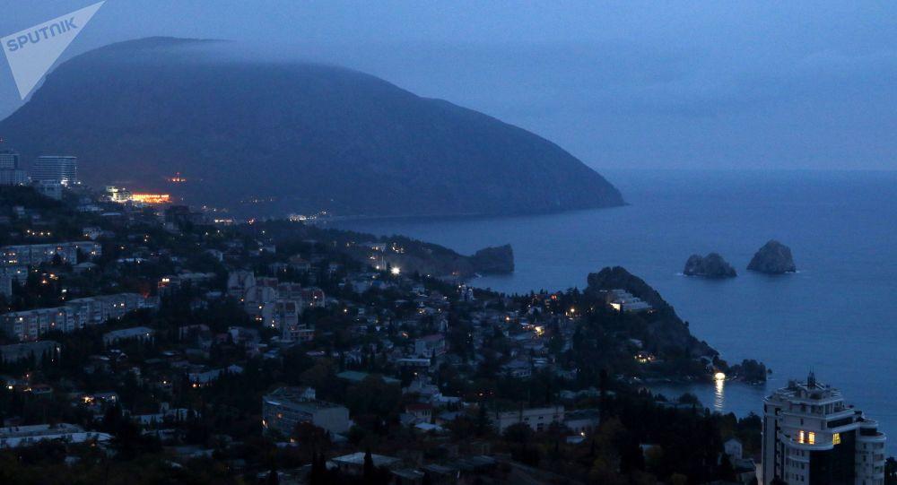 Widok na nocny Gurzuf i górę Aju-Dag