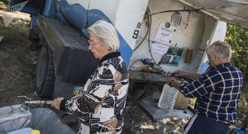 Mieszkańcy Ługańska pobierają wodę do kanistrów. Zdjęcie archiwalne