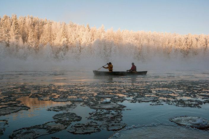 Instruktorzy kompleksu turystycznego Karjala Park płyną kajakiem po rzece Szuja w Karelii
