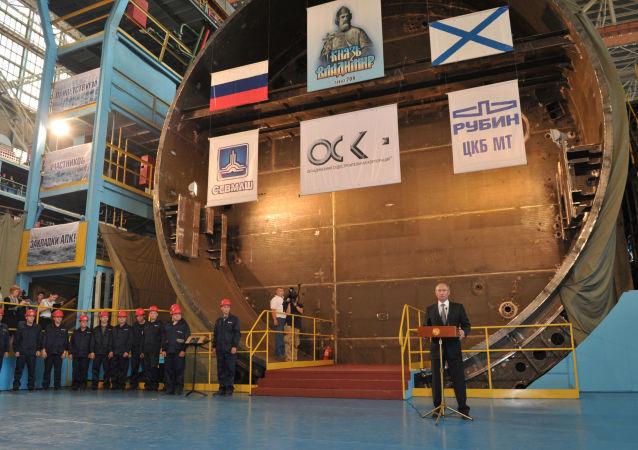 """Prezydent Rosji Władimir Putin podczas uroczystości ustanowienia strategicznego okrętu podwodnego """"Książę Włodzimierz"""""""