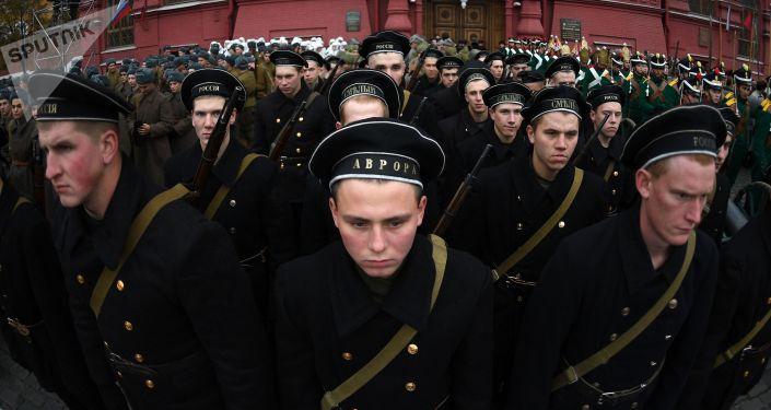 Żołnierze przed rozpoczęciem marszu poświęconego 76. rocznicy wojskowej parady 1941 r.