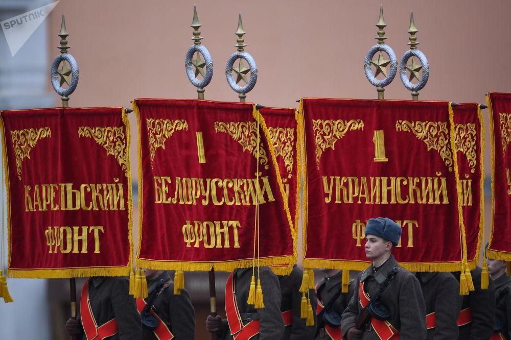 Uczestnicy marszu poświęconego 76. rocznicy wojskowej parady 1941 r.