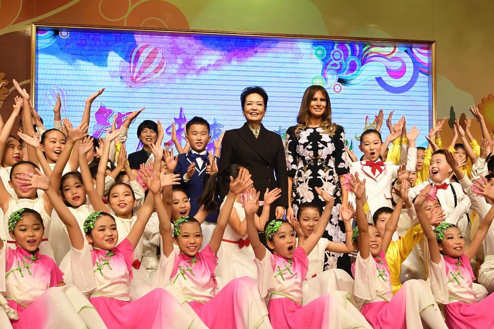 Melania Trump i Peng Liyuan podczas wizyty w szkole w Pekinie