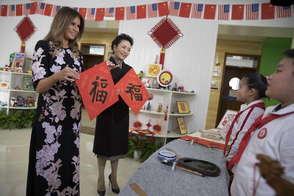 Melania Trump i Peng Liyuan podczas wizyty w szkole, Pekin