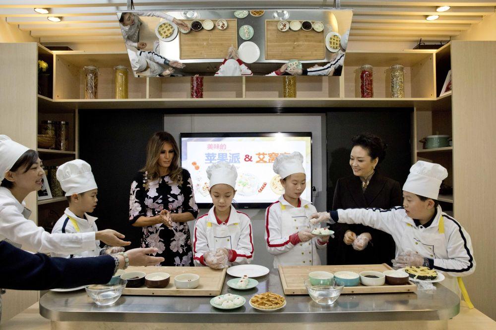 Melania Trump na kulinarnych warsztatach w szkole, Pekin