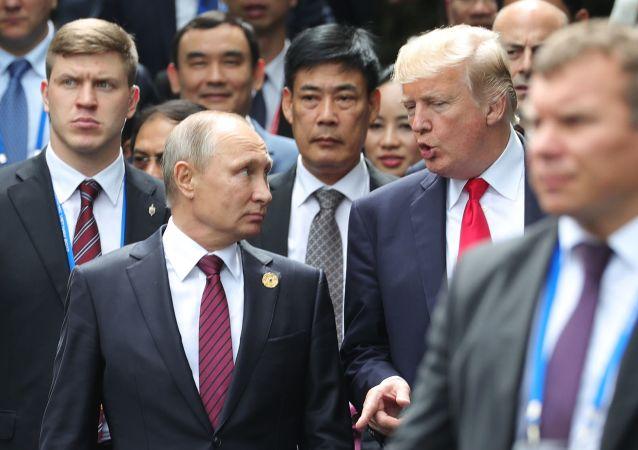 Prezydenci Rosji i USA, Władimir Putin i Donald Trump, na szczycie APEC w wietnamskim Danang