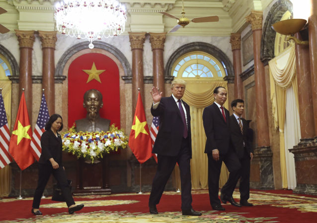 Prezydent USA Donald Trump i prezydent Wietnamu Tran Dai Quang podczas spotkania w Hanoi