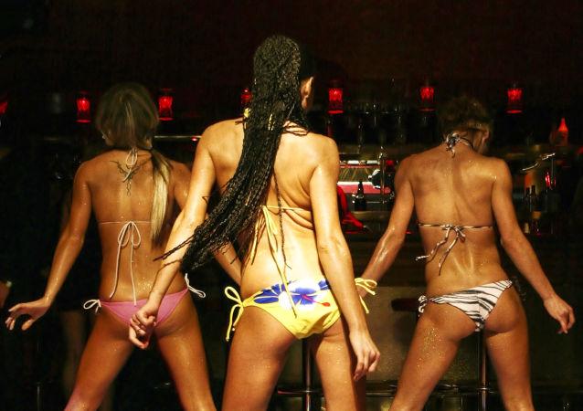 Stripteaserki w czasie wystąpienia