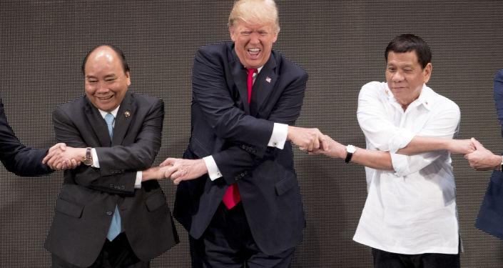 Prezydent USA Donald Trump w czasie uścisku dłoni ASEAN na inauguracji szczytu ASEAN w Manili