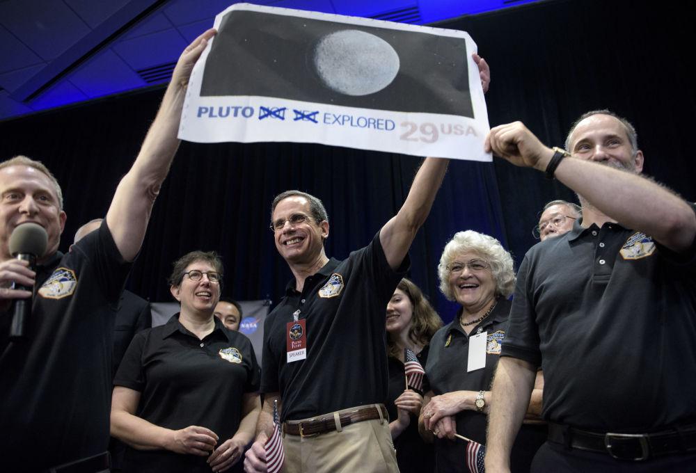 Dr. Allan Stern (po lewej) i ekipa New Horizons