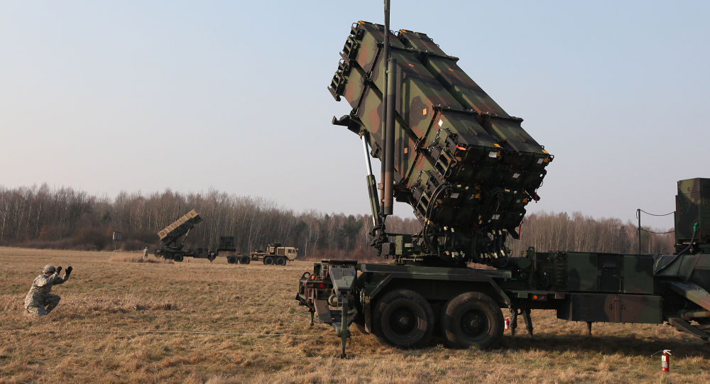 Amerykańscy wojskowi VII pułku obrony przeciwlotniczej rozmieszczają system rakietowy Patriot na poligonie w Polsce