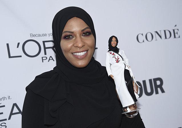 Amerykańska szablistka Ibtihaj Muhammad z lalką Barbie wykonaną według jej wzoru