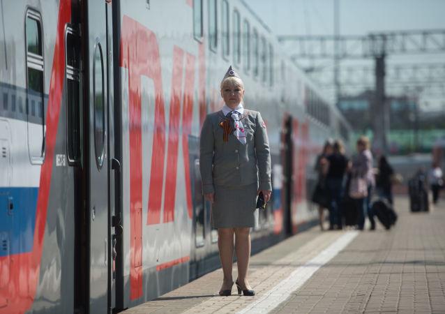 Konduktor na peronie Dworca Kazańskiego przed odjazdem pociągu Moskwa-Adler