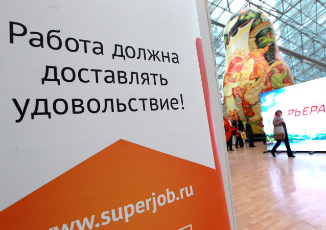 Slogan Praca musi dawać przyjemność! na stoisku Superjob w czasie jarmarku wakatów w Moskwie